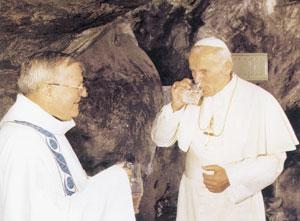Jan Paweł II pije wodę z cudownego źródełka w Lourdes
